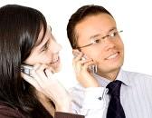643895-coppia-al-telefono-parlando-con-piu-di-ogni-altro-bianco