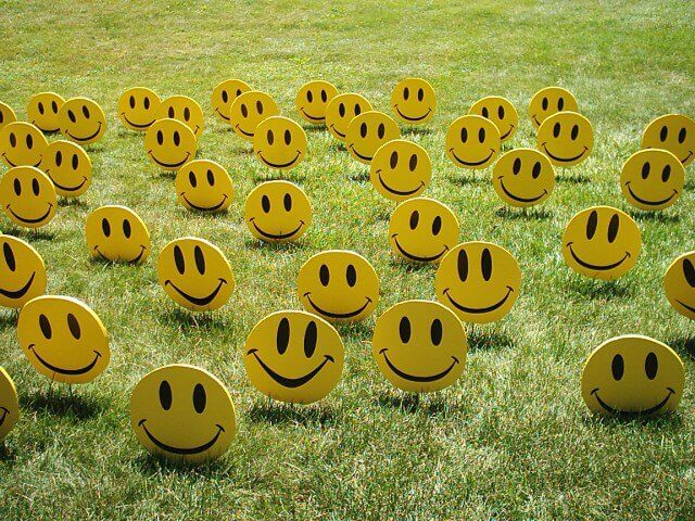 prato-con-emoticon-sorridenti